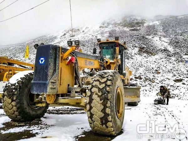 徐工GR3505矿用平地机施工巨龙矿山