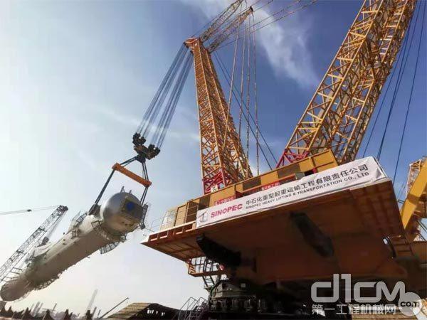 """2019年10月底,徐工""""世界第一吊""""4000吨级履带式起重机在沙特成功,一举吊起1926吨巨塔"""