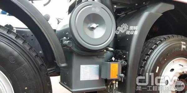 驾驶室采用电控升降