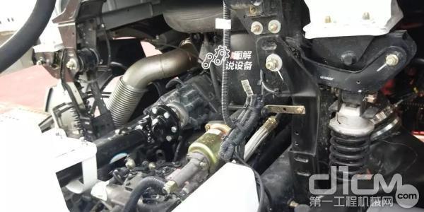 发动机取力端口连接着上装的减速机