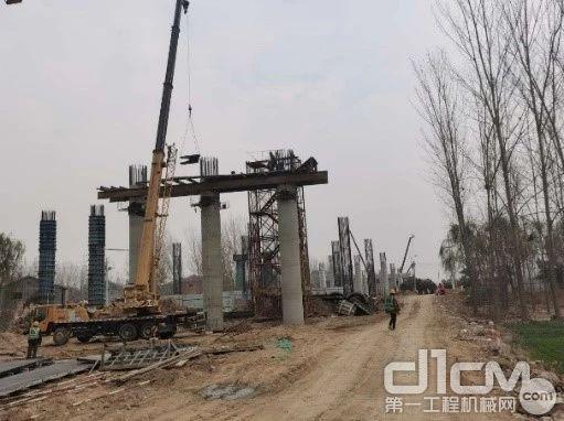 6台K系列25吨齐心协力进行桥梁桩基及桥板吊装
