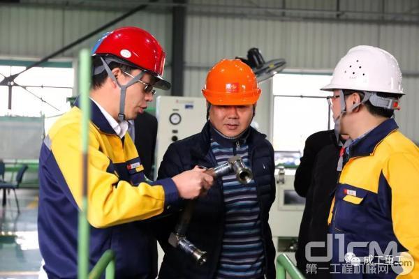 中国安能集团第三工程局刘立栋副总经理参观成工重工生产现场