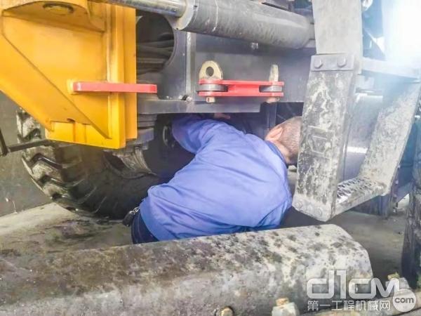 徐工服务工程师为客户检修设备