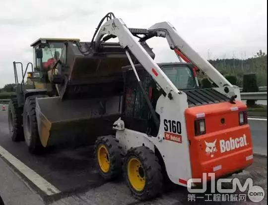 李老板的山猫<a href=http://product.d1cm.com/huayizhuangzaiji/ target=_blank>滑移装载机</a>