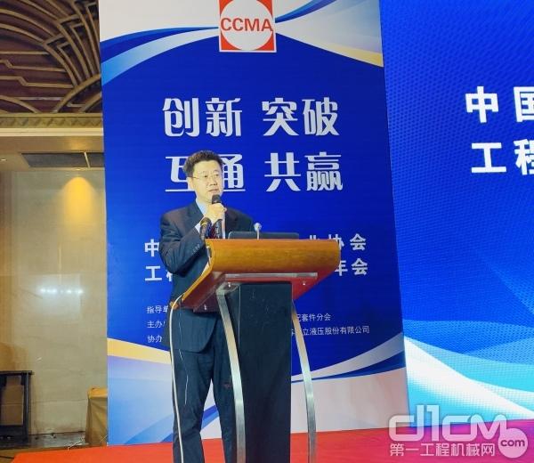 赛克思液压科技股份企业总裁姚广山主持上午大会
