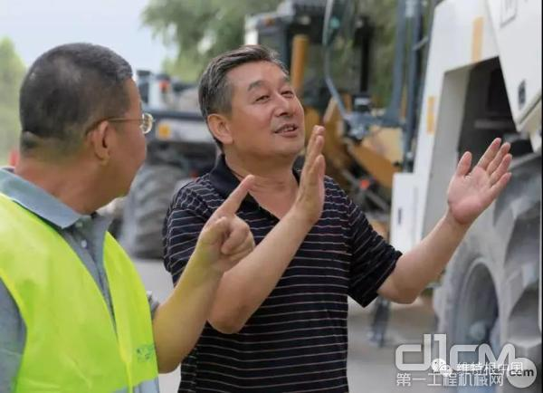 山西晋路公路工程建设有限公司项目经理徐欣升与维特根中国应用专家交流