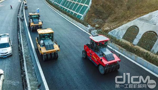 近百台徐工道路机械产品组团助力平镇高速施工