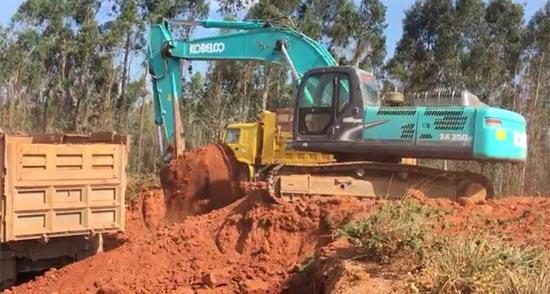刘老板:高效、省油、耐用,是我开了10年神钢挖掘机的总结