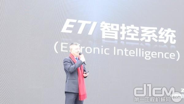 中联重科建筑起重机械公司副总经理喻乐康向客户重磅发布了中联重科塔机ETI智控系统