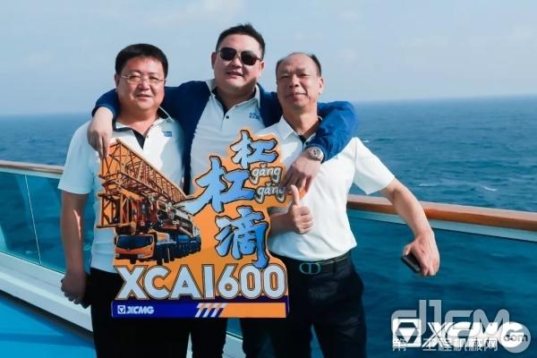 面朝蔚蓝大海,众吊装大咖举起创意logo,欢快合影