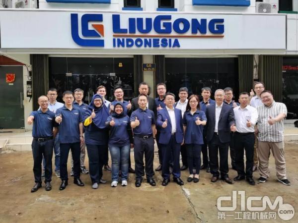 柳工培训团队、子企业团队在印尼企业门前合影