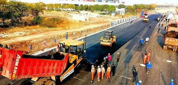 某公路项目摊铺机正在施工
