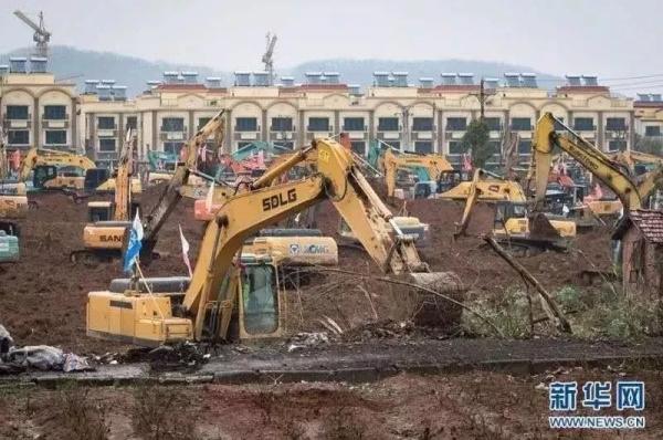 ▲临工挖掘机奋战在医院建设现场