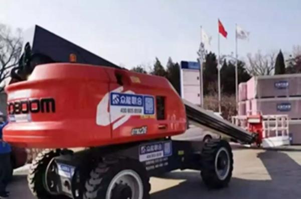 康明斯QSF发动机助力的星邦重工26米红色直臂式高空作业平台在夜色中格外抢眼