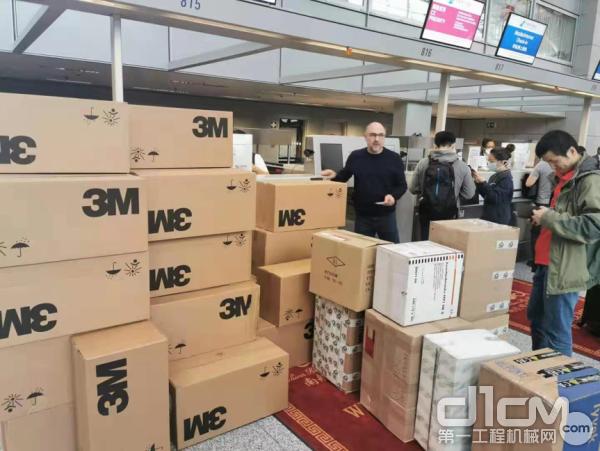 中联重科海外员工在法兰克福机场准备发送防护物资