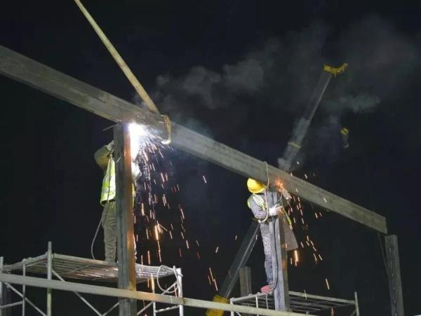 通宵焊接,图为31日凌晨3时拍摄