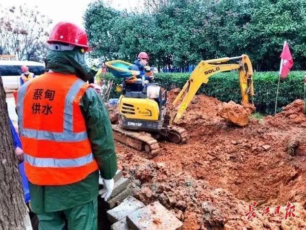 施工中的山东临工E616F挖掘机