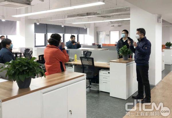 黄海波在股份企业办公大楼检查疫情防控工作