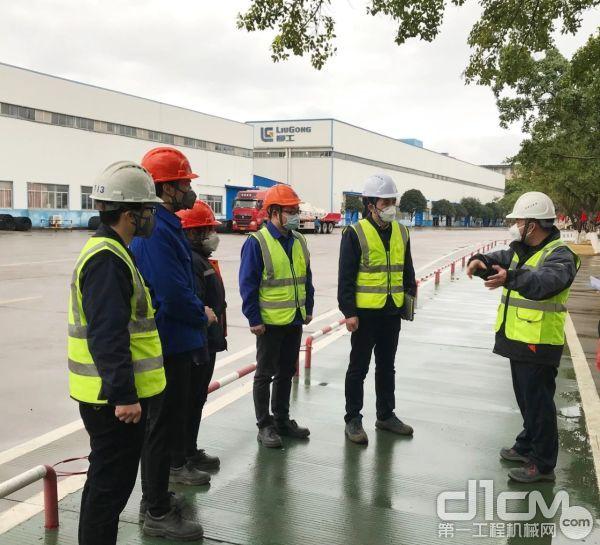郑津在挖掘机工厂引导疫情防控工作