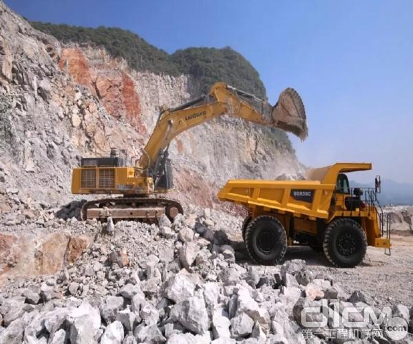 柳工挖机和宽体车施工现场