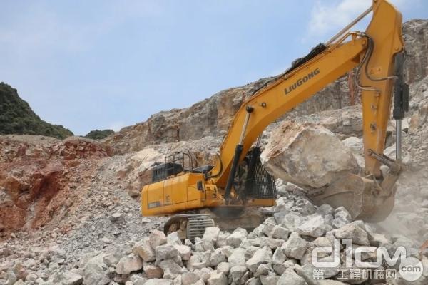 柳工950E挖掘机在采石厂施工