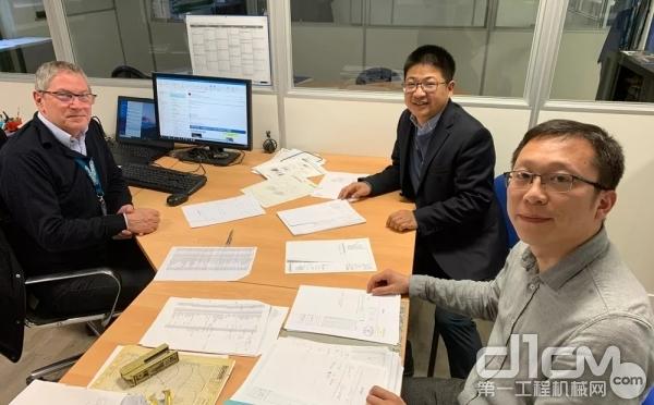 曾梁(右一)和魏建华(右二)正在与法国同事讨论近期工作部署