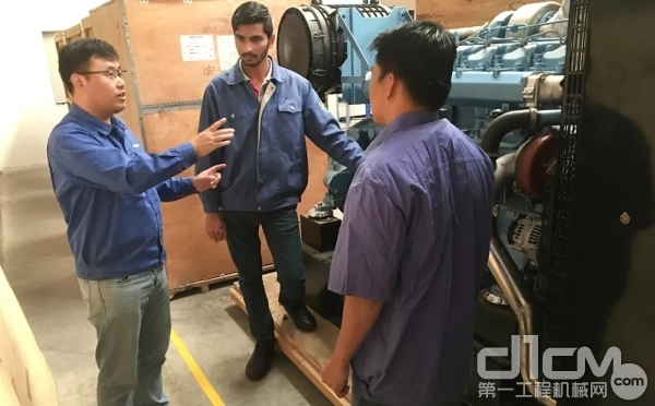 服务工程师石洪波(左一)正忙着为潍柴当地员工培训发动机拆装常识