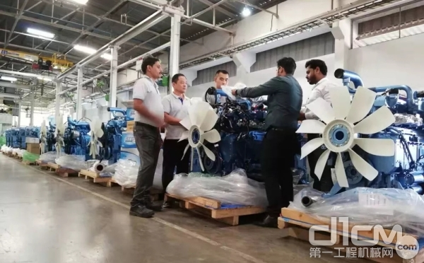 张中发(左二)、马骏(左三)等许多中方员工,与印度员工一道,加足马力,保障产品交付