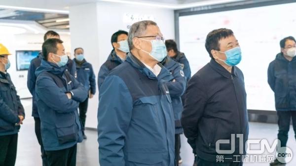 陈飞副省长参观山河智能新办公大楼内的企业展示厅