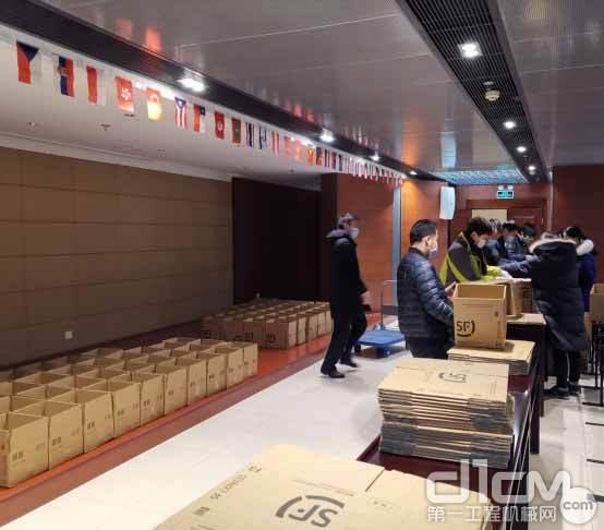 △中联重科员工正在打包医疗防护物资寄送给客户