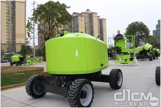 中联重科高空作业机械分企业员工正在调试产品