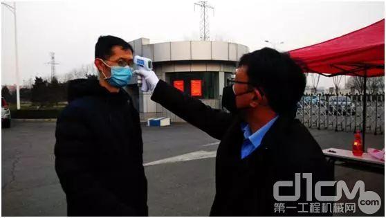 中联重科土方机械分企业员工在入园口接受体温检测