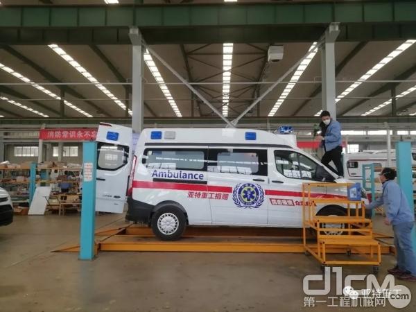在房车车间的生产线上组装的负压救护车