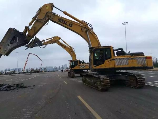 """""""黄大锤""""——临工E6500F挖掘机在雷神山病院建设现场进行破裂作业。"""