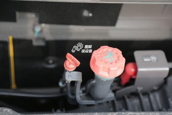 机油加注口位置也非常便利加注(机油加注量45L)。