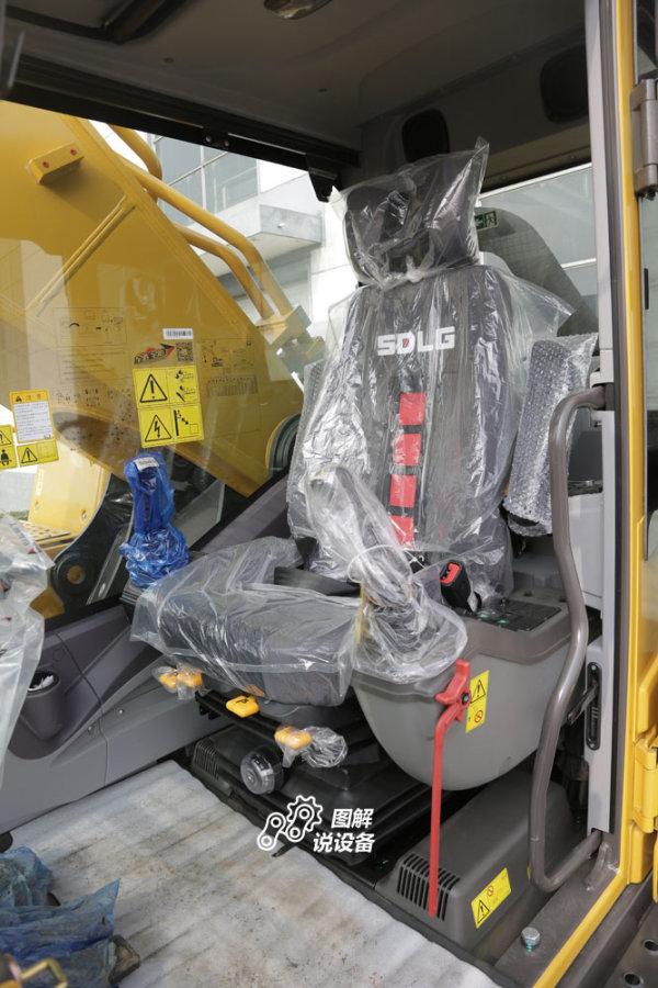 驾驶室标配具有重量调节功能的悬浮座椅