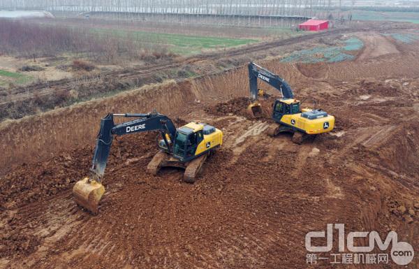 两台约翰迪尔E210LC挖掘机在平整土地