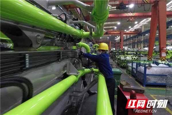中联重科一名戴着口罩的工人正在组装泵车产品
