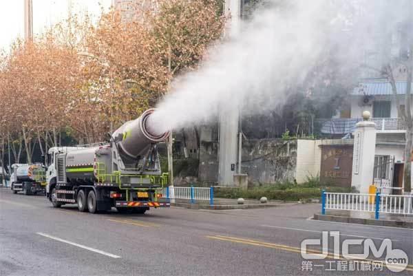 正在参与防疫作业的多功能抑尘车