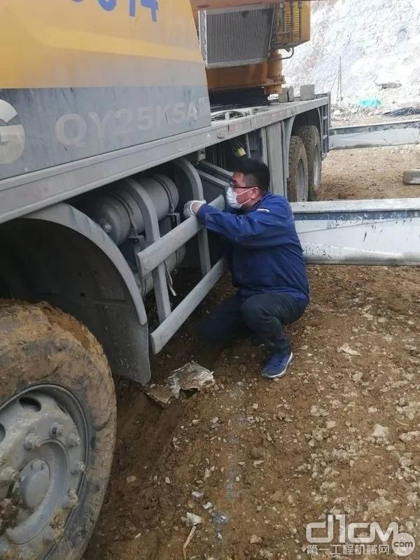在贵阳,徐工服务工程师为复工客户提供设备检修服务!