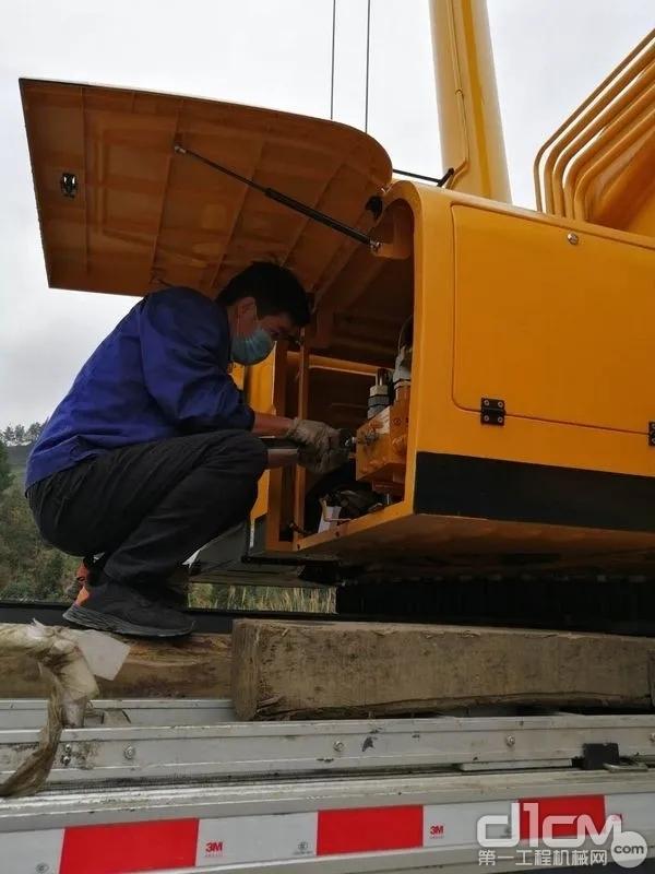 在贵阳,徐工服务工程师王磊为客户提供设备日常检修服务,保障客户及时复工!