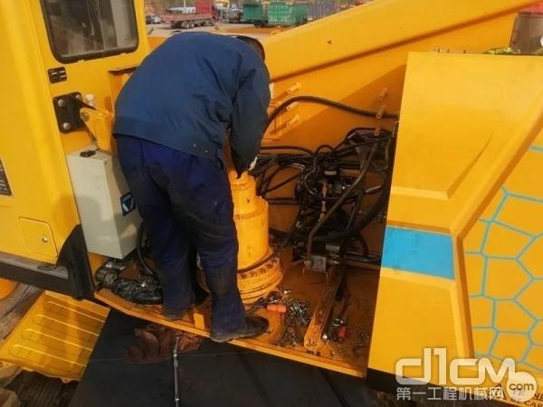 在沈阳,徐工服务工程师陈国强为复工客户提供检查维修设备服务!