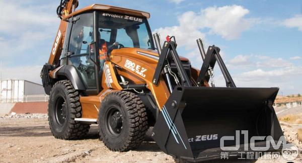 业界首款全电动挖掘装载机580 EV 亮相