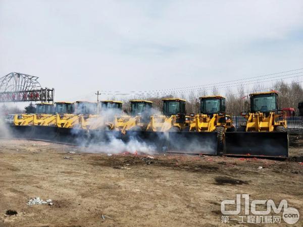 厦工XG931装载机批量交机现场