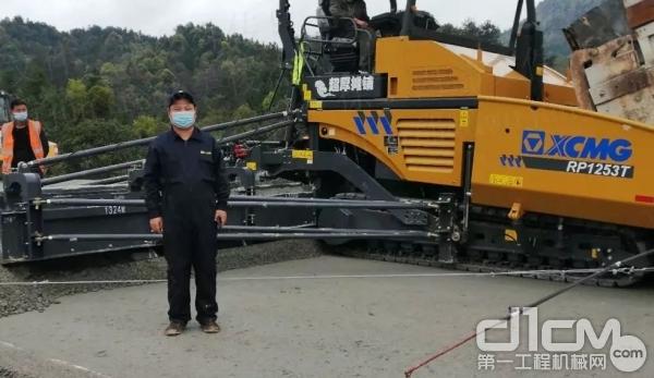 徐工服务工程师在现场为设备提供高效服务保障
