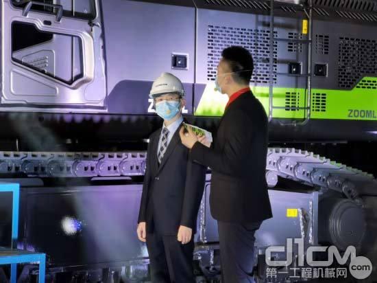 △中联重科桩工机械有限公司研发中心经理陈玉磊介绍产品