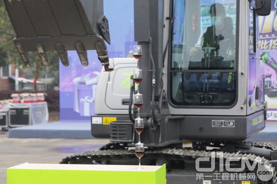 """△机手操作中联重科ZE60E-10挖掘机表演""""叠酒杯"""""""