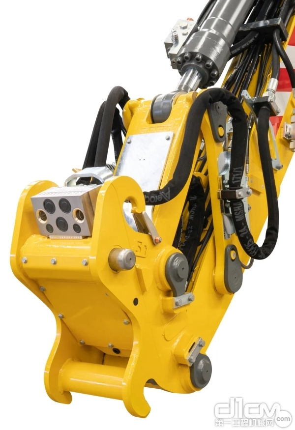 利勃海尔的全自动全液压快换系统显著提高了A 922 Litronic铁路挖机的生产效率:这使得只需一个按钮就可以快速、安全地从驾驶室更换属具。