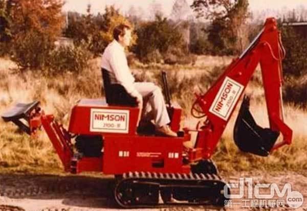 1984年,第一台多功能迷你型小型<a href=http://product.d1cm.com/wajueji/ target=_blank>挖掘机</a>在威克诺森诞生,论资历,现在的不管哪个牌子的微挖,都得叫这台挖机一声