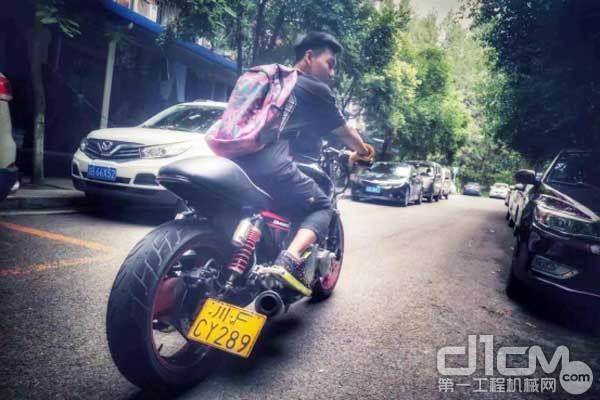 彭顺骑着一辆帅气的本田CB400摩托车